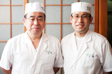 原田 義明(初代料理長、店主)写真左 原田 雄生(二代目料理長)写真右